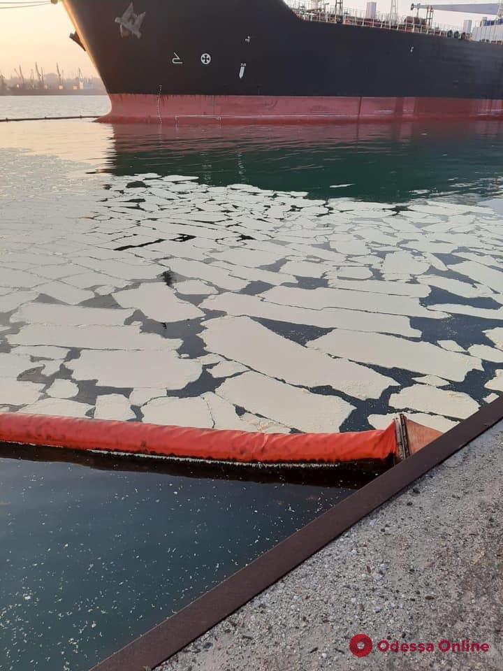 Ущерб на 2,4 миллиона долларов: иностранное судно сбросило тонны пальмового масла в акватории  порта «Южный»