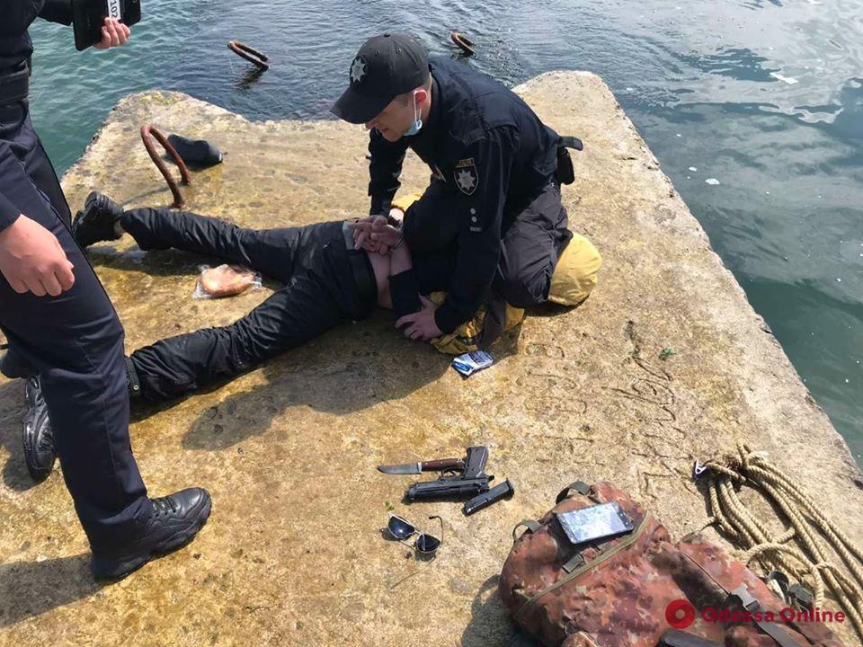 В Одессе поймали пытавшегося залезть на танкер Delfi вооруженного неадеквата (обновлено)