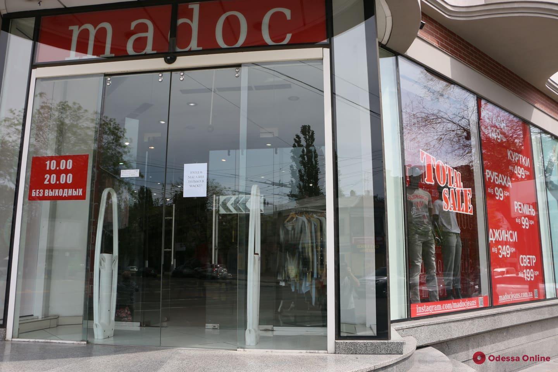 Ослабление карантина: в Одессе открылись магазины, салоны красоты и летние площадки кафе (фоторепортаж)