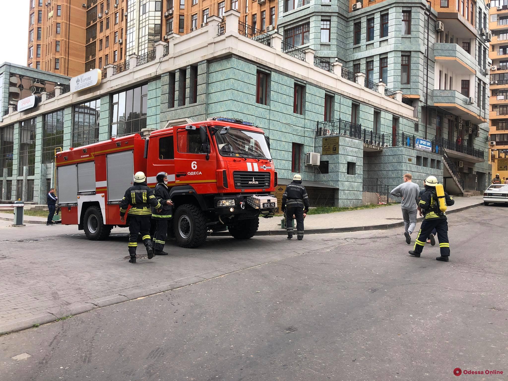 В гостинице на Генуэзской горит газовая труба (фото, видео, обновлено)