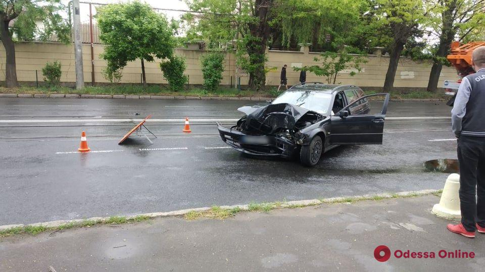 На Фонтанской дороге BMW врезался в дерево