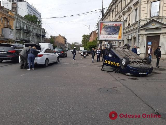 В центре Одессы Toуota столкнулась с Hyundai и перевернулась