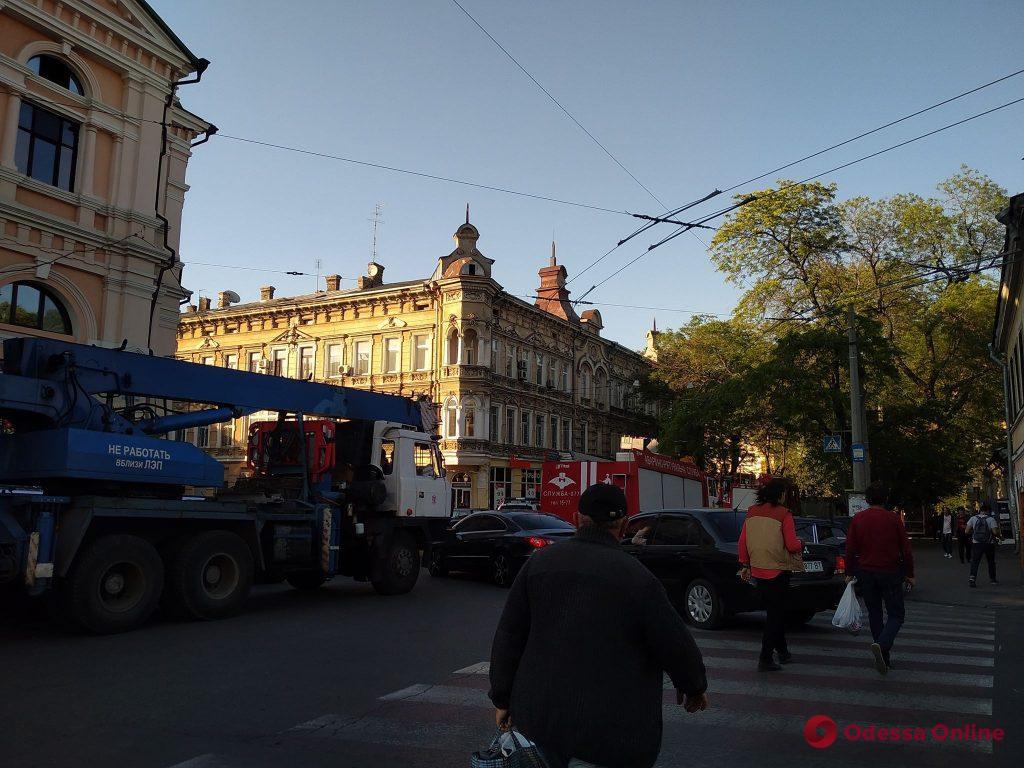 В связи с обрушением дома в Одессе временно прекращено движение троллейбусов по 2-му маршруту