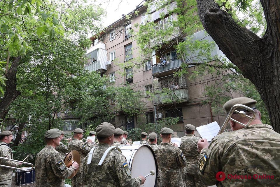 Одесса: в День морской пехоты под окнами 99-летнего ветерана-морпеха играл военный оркестр