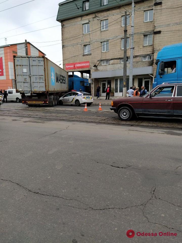 На Молдаванке фура врезалась в припаркованный патрульный автомобиль