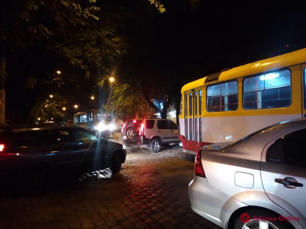 В центре Одессы не поделили дорогу трамвай и легковушка (фото)