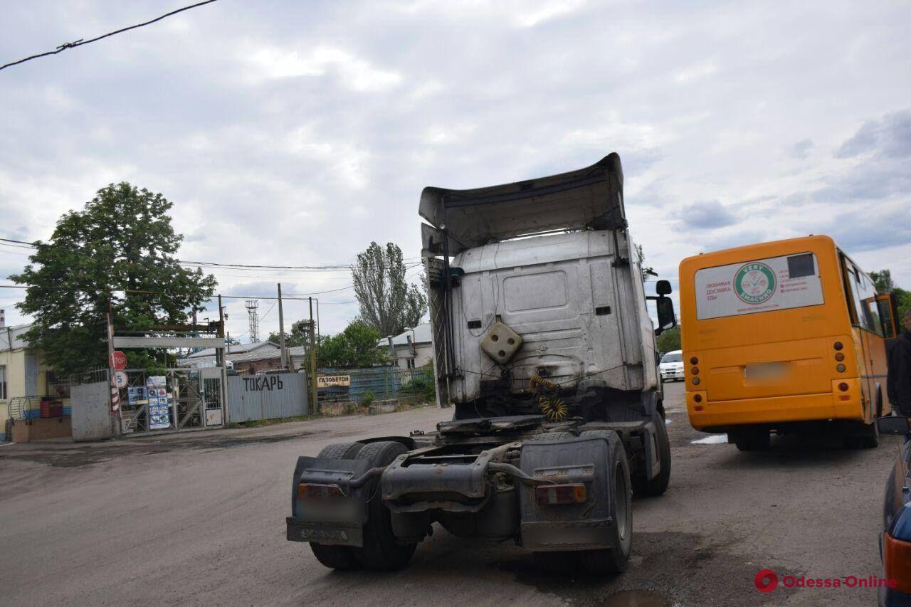 На Атамана Головатого столкнулись маршрутка и тягач