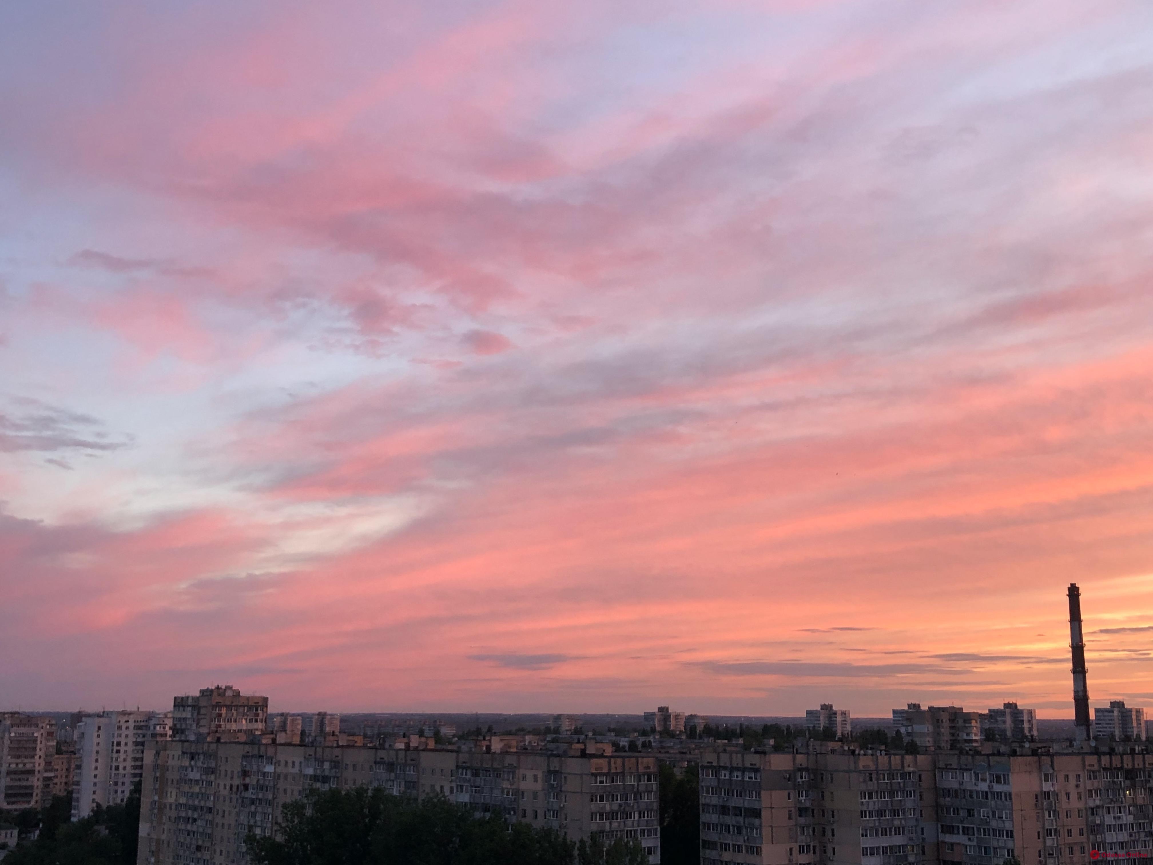 В Одессе наблюдали розовый закат (фотофакт)