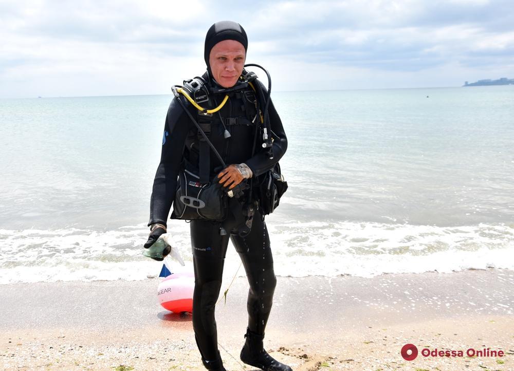 В Одессе водолазы обследуют морское дно у детского центра «Молодая гвардия» (фото и видео)