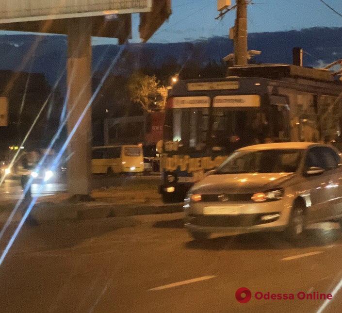 В Одессе легковушка не поделила дорогу с троллейбусом