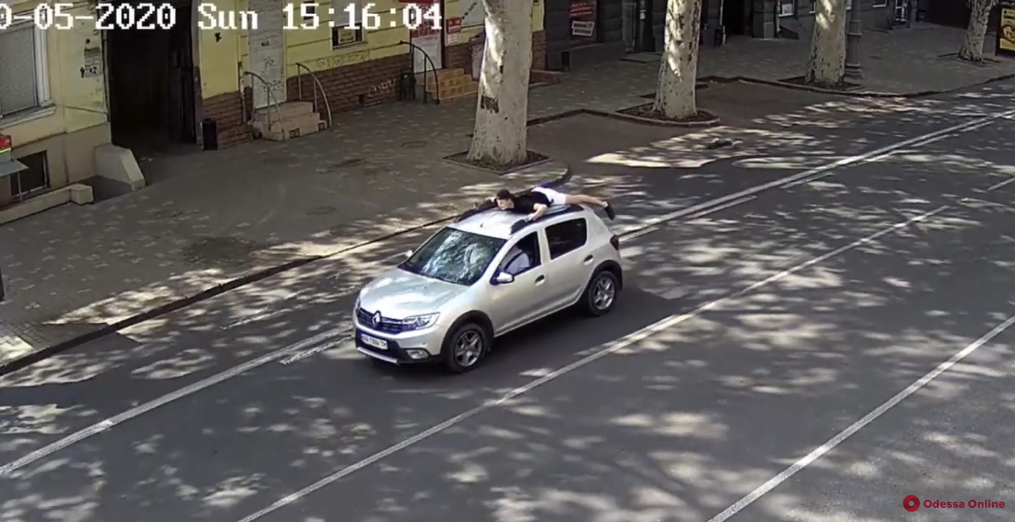 Одессит прокатился по центру города на крыше Renault (видео)