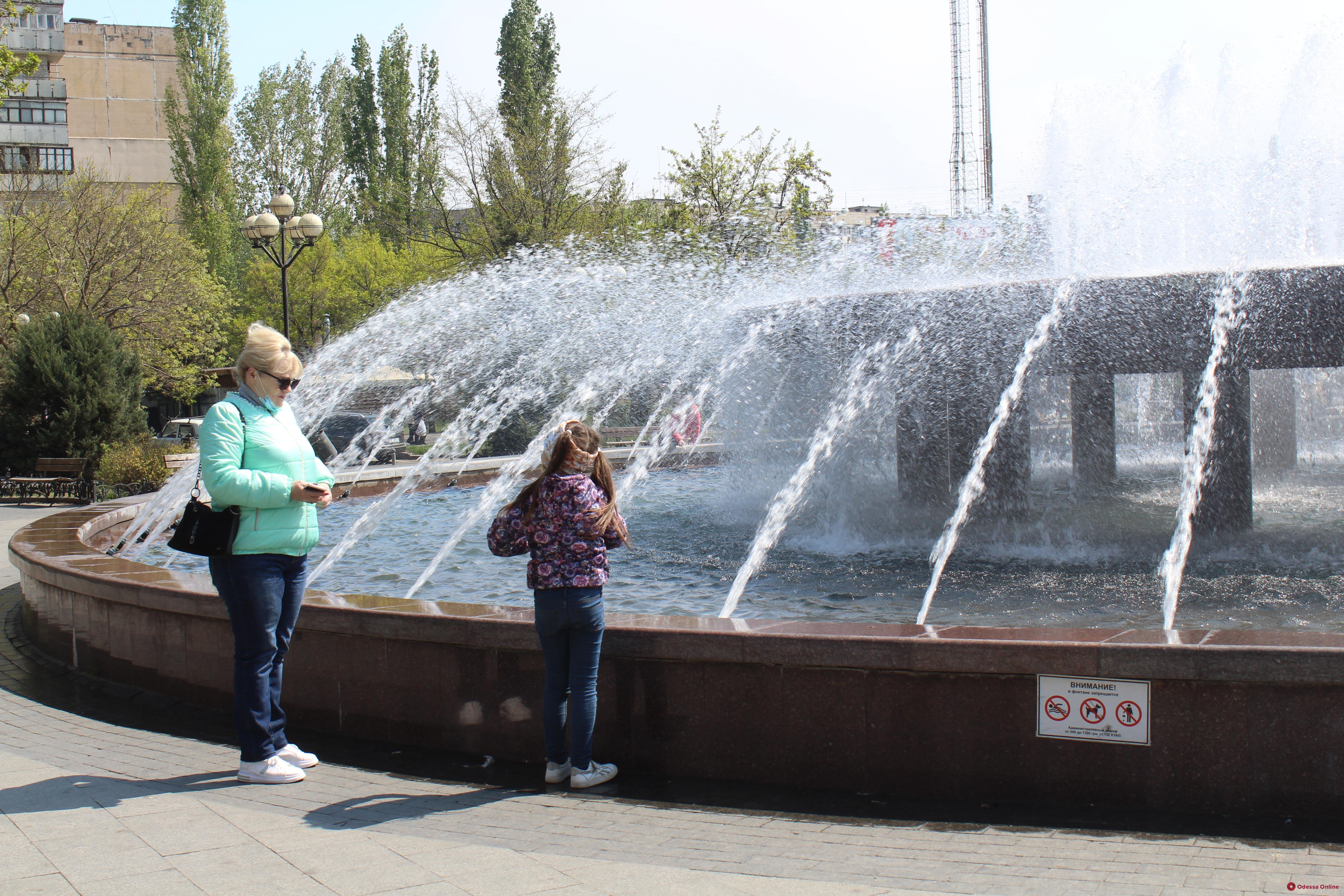 На поселке Котовского заработал фонтан на Крымском бульваре (фото)
