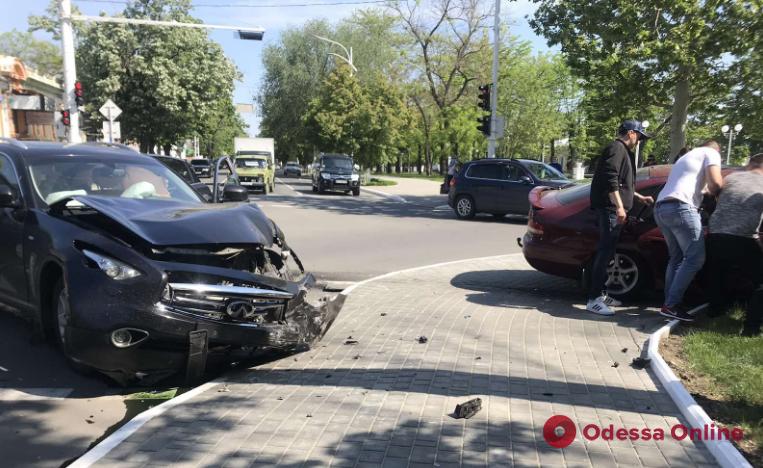 В Измаиле столкнулись Infiniti и Mitsubishi – есть пострадавшая