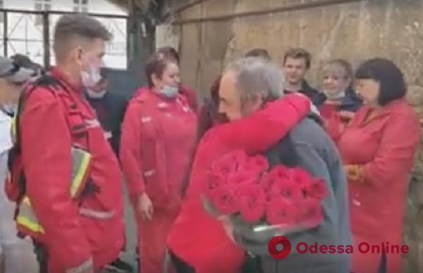 Полвека на «скорой»: в Одессе заслуженного врача трогательно поздравили с днем рождения (видео)
