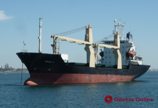 У побережья Африки пираты напали на судно и похитили украинского моряка