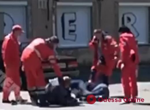 В Одессе двое воров «обчистили» и избили фельдшера – на помощь медработнику подоспели коллеги (видео)