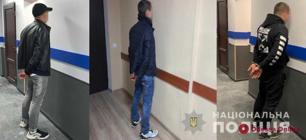 Сломали ролеты и вытащили товар: трое пьяных одесситов обокрали торговый киоск на поселке Котовского