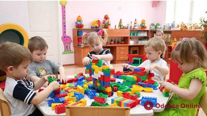 Без многоразовых полотенец и мягких игрушек: в Минздраве рассказали, как должны работать детсады в период карантина