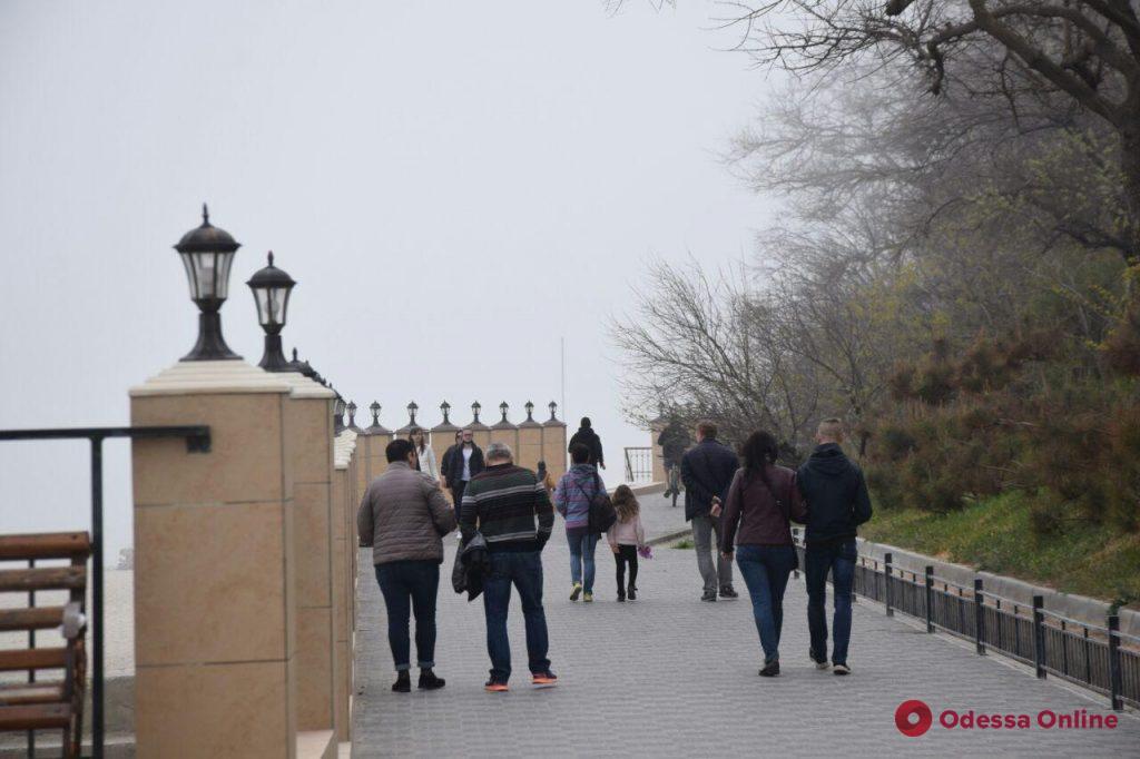 Туманный Большой Фонтан: одесситы наслаждаются теплом и морским воздухом (фоторепортаж)