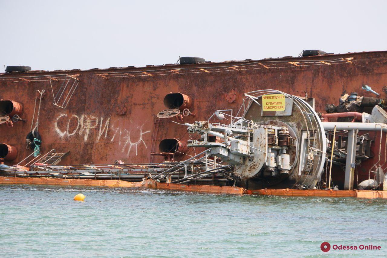 На танкере Delfi произошла утечка топлива