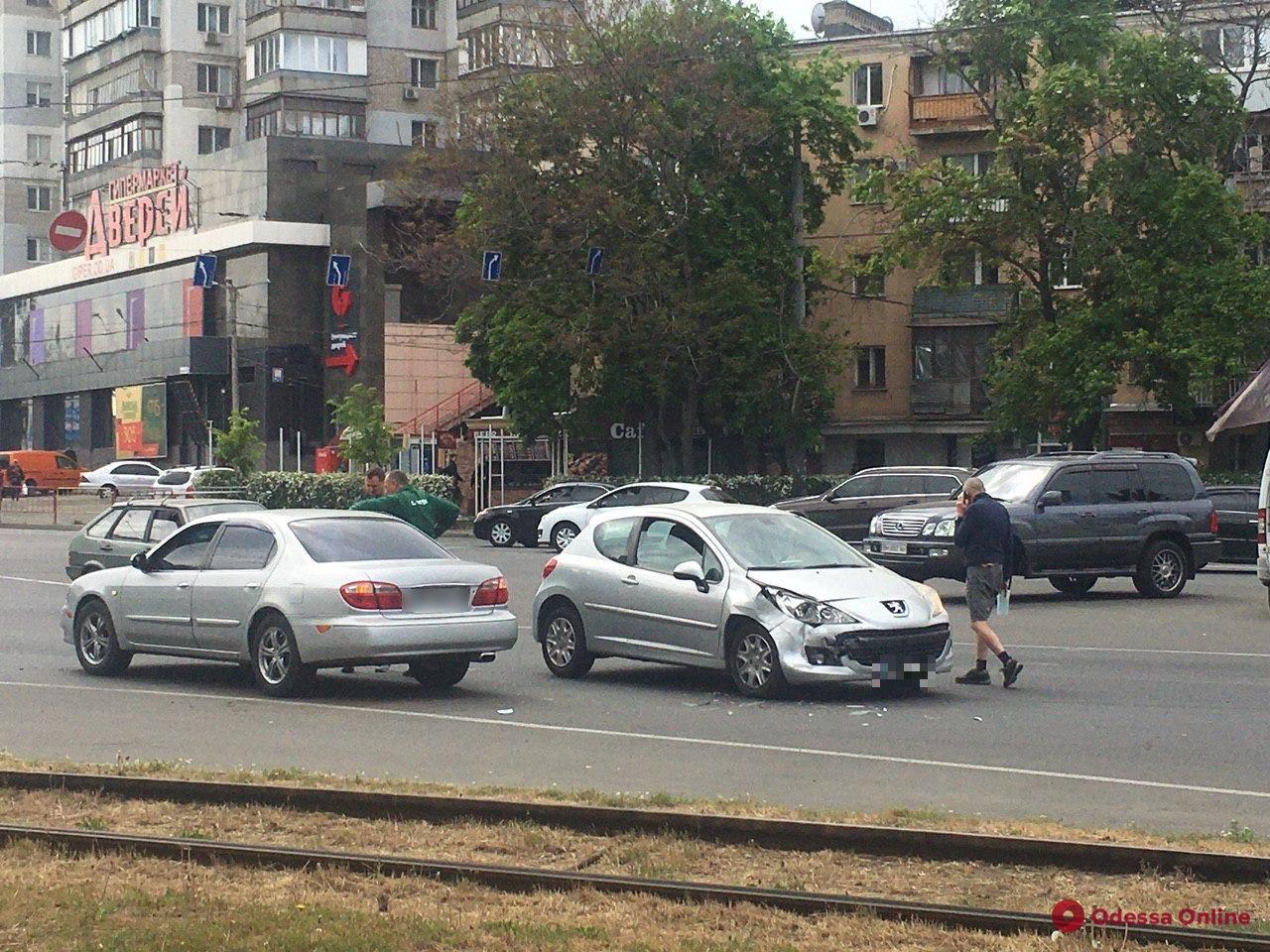 На Среднефонтанской столкнулись две легковушки
