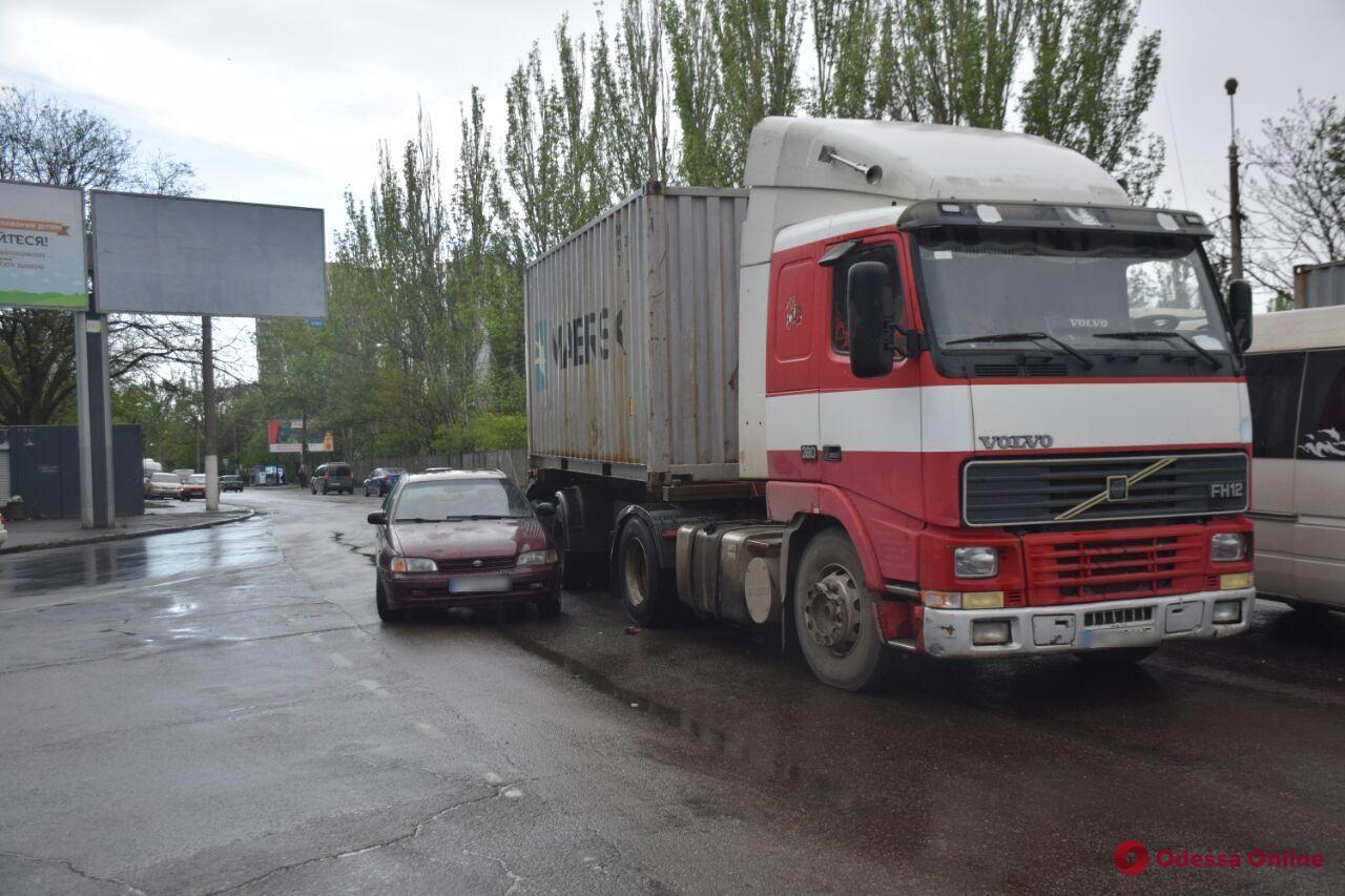 На поселке Котовского «притерлись» легковушка и грузовик