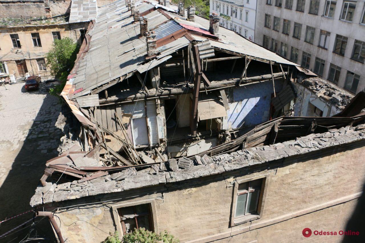 В центре Одессы обрушилась часть жилого дома (фото, обновлено)