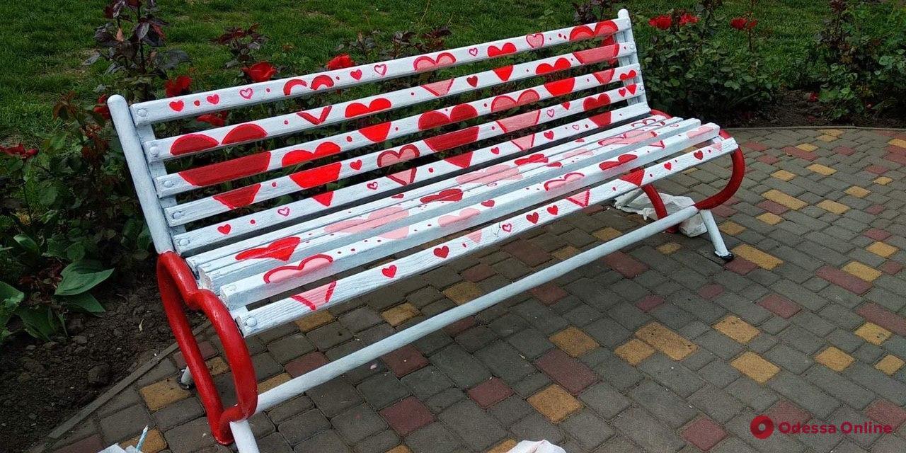 В одесском парке появились романтические скамейки (фото)