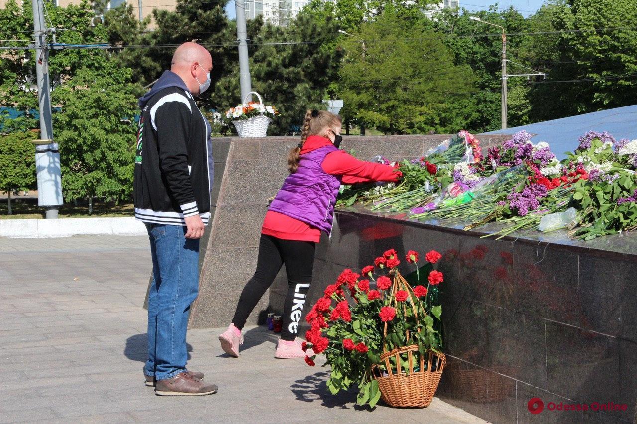 Одесситы возложили цветы к стеле «Крылья Победы» (фото, обновлено)
