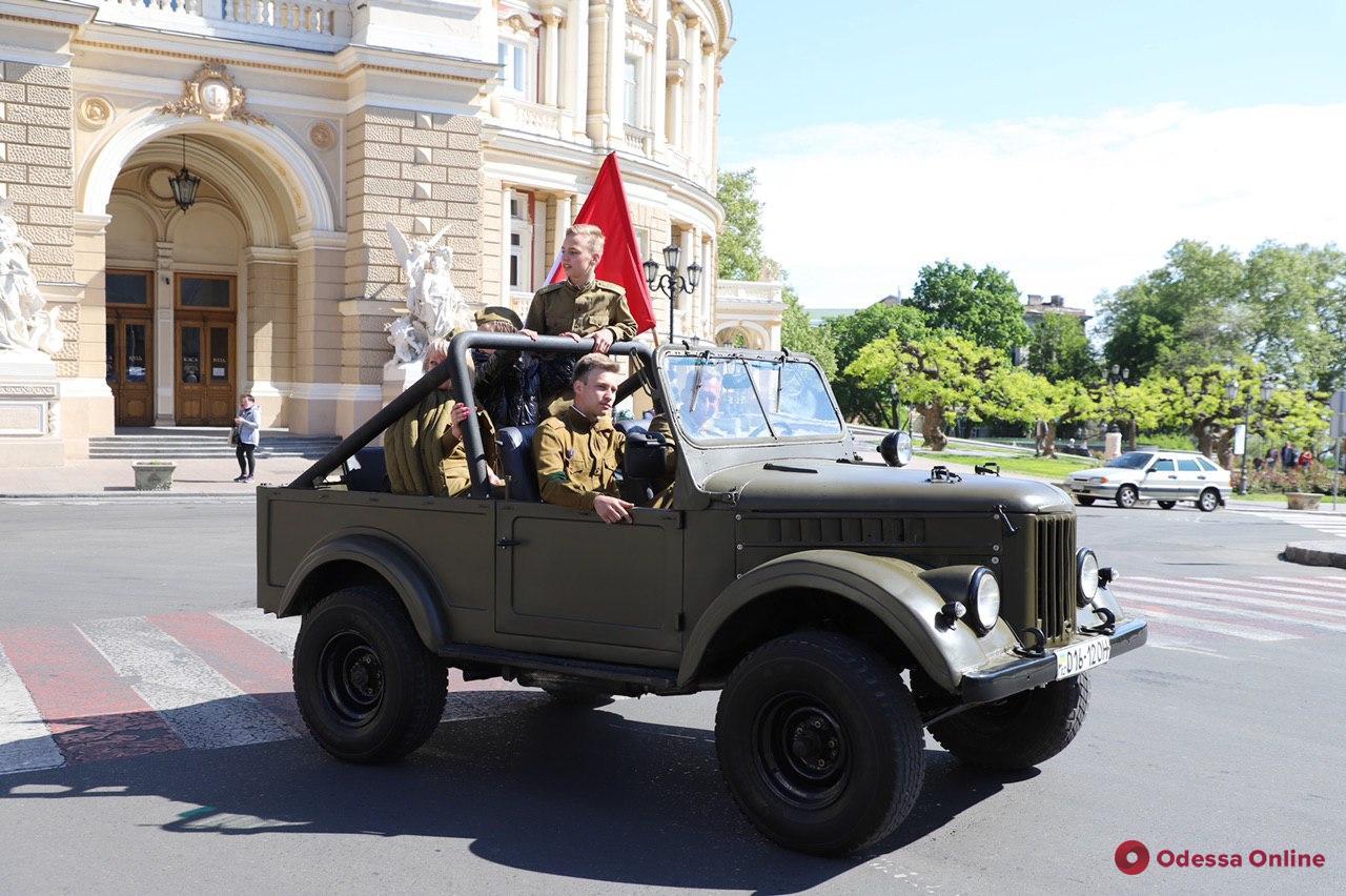 В честь Дня Победы по улицам Одессы проехали ретро-автомобили (фото, видео)