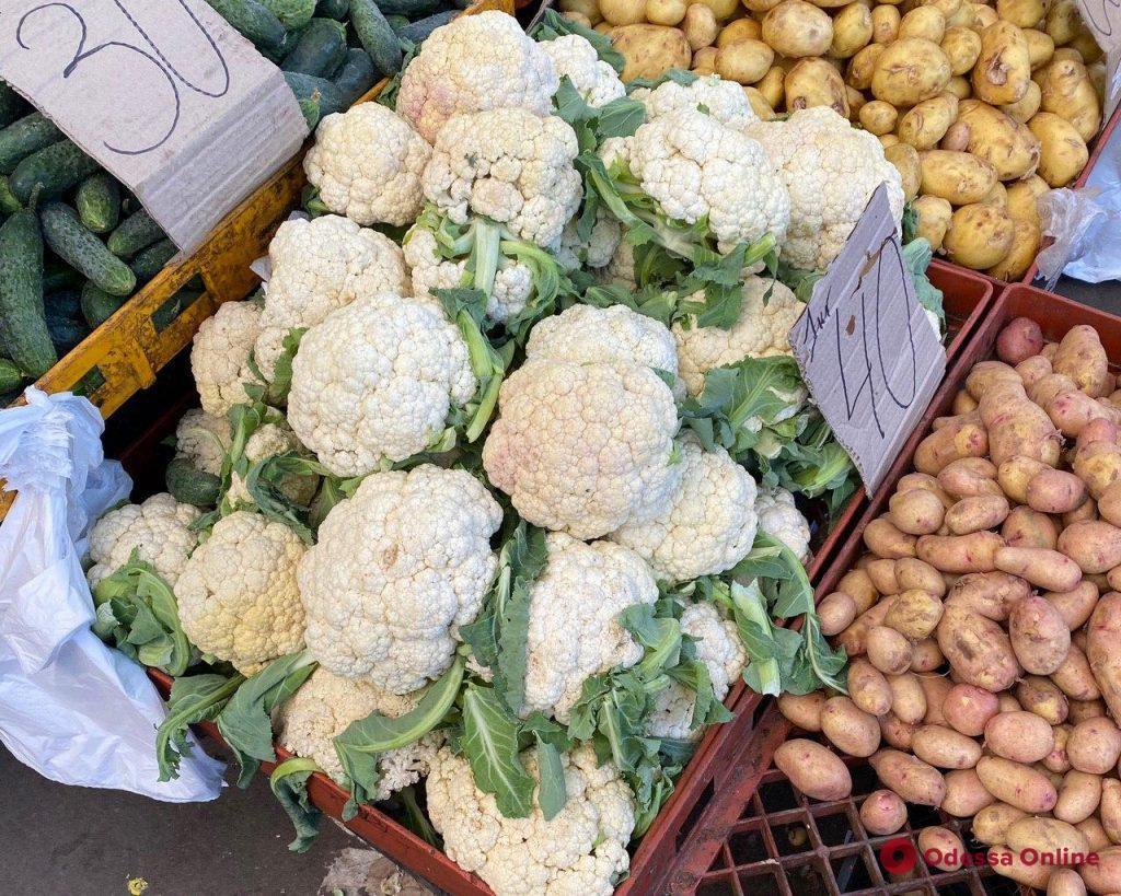 Баклажаны, брокколи и ананасы: воскресные цены на одесском «Привозе»