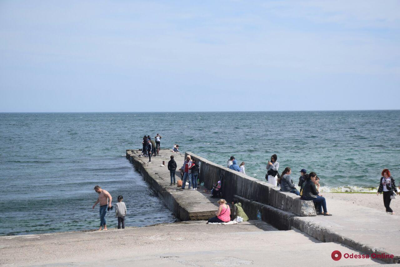 Одесситы массово гуляют в парках и у моря — уже законно (фото)