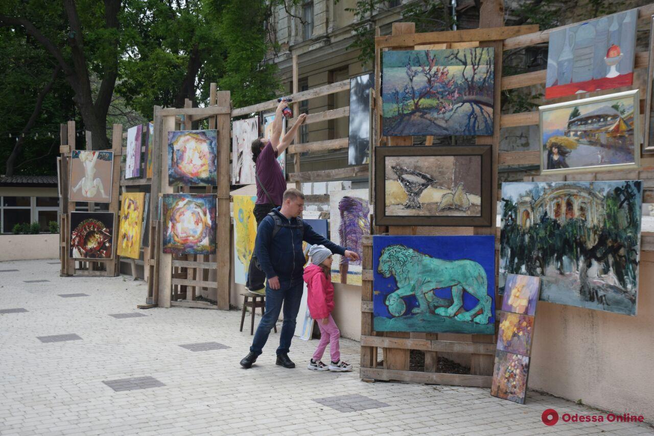 Изголодавшимся по искусству: в центре Одессы проходит художественная выставка под открытым небом (фото)