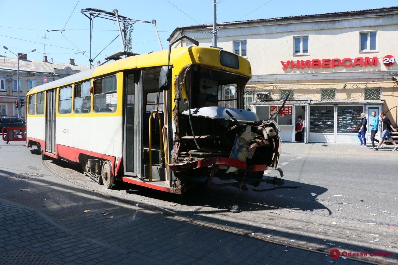 На Пересыпи трамвай столкнулся с фурой (фото)