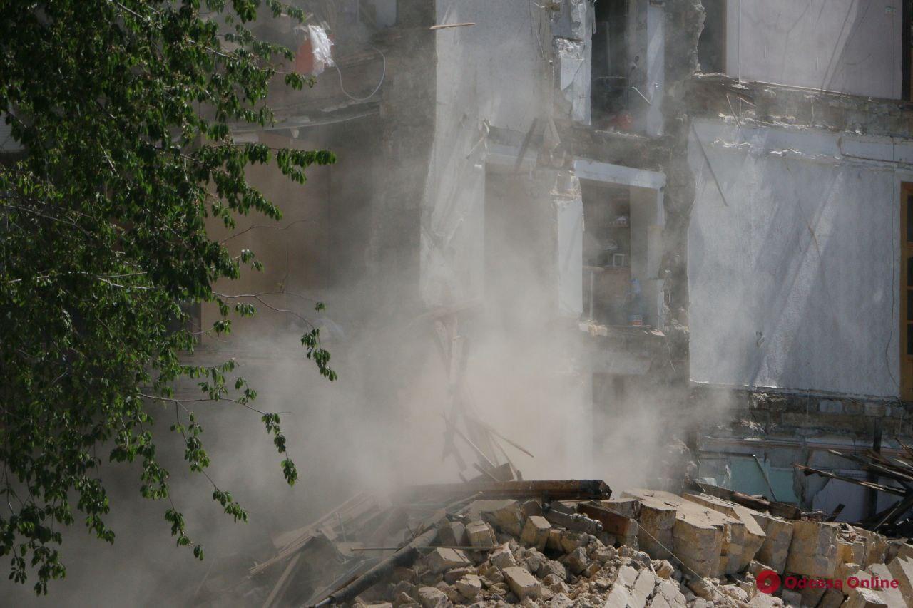 Спасатели демонтируют аварийные элементы обрушившегося дома на Торговой (фото, видео, обновлено)