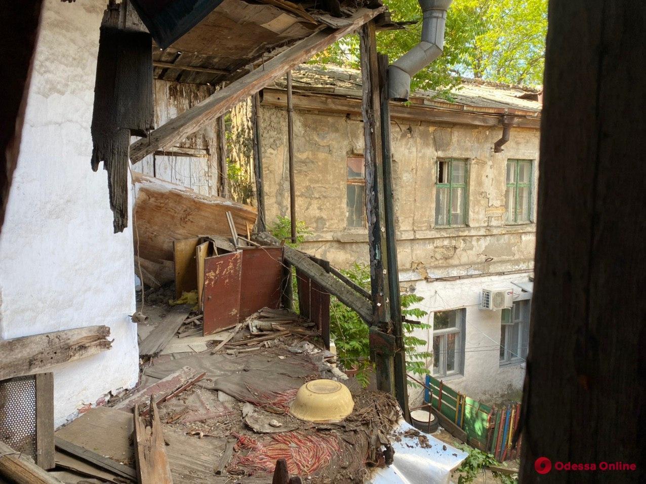 В центре Одессы обследуют расположенные по соседству с новостроями ветхие жилые дома
