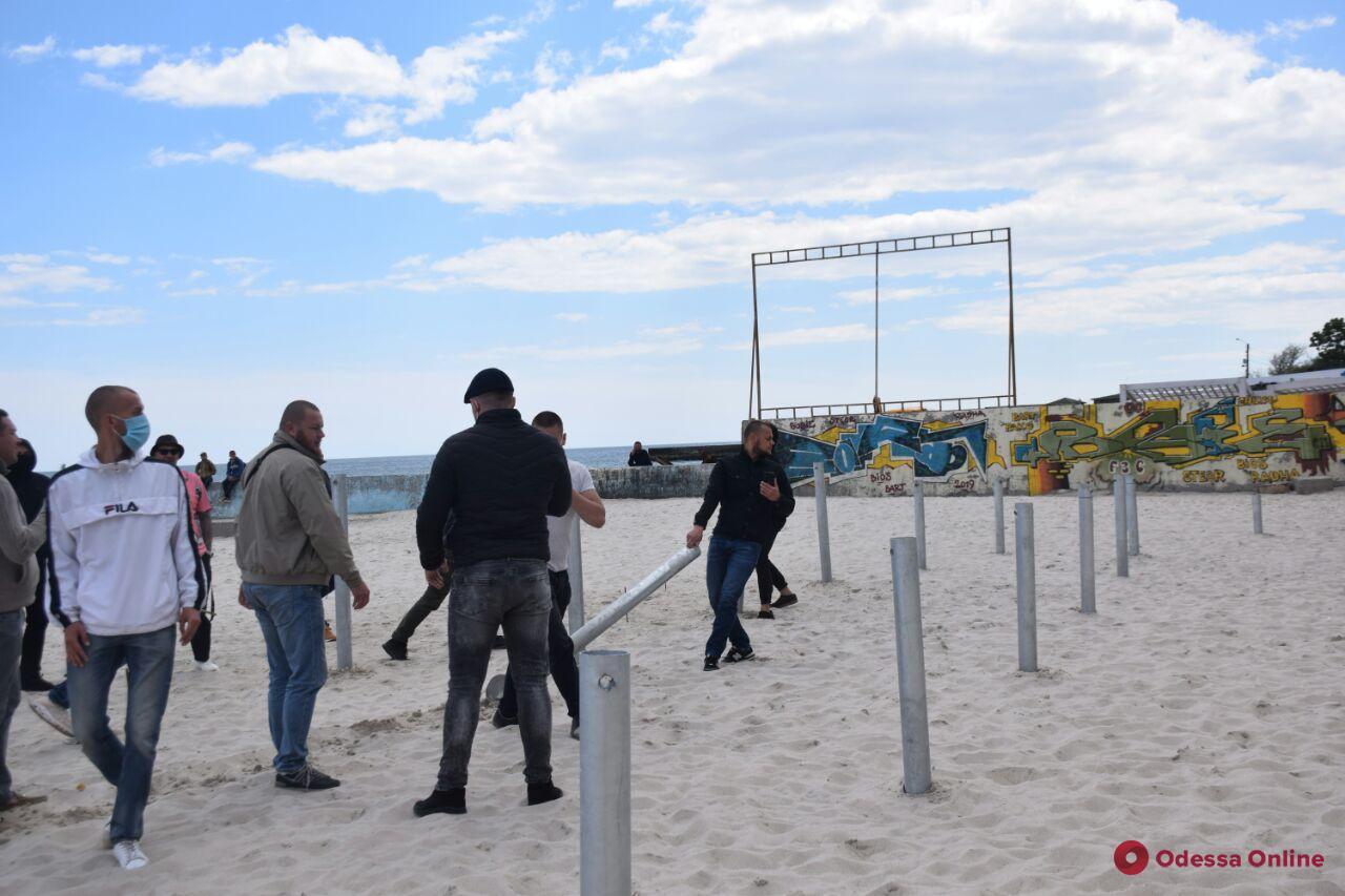 В Одессе продолжаются пляжные войны — активисты пришли бороться с очередным кафе (фото, видео)
