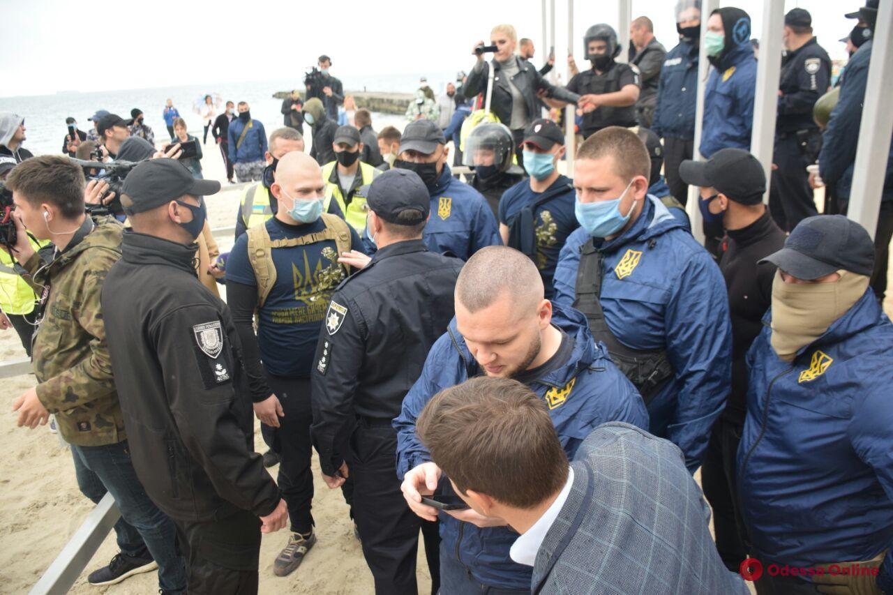 Пляжные войны: активисты снова пришли демонтировать сваи на 16-й станции Большого Фонтана (фото, видео, обновлено)