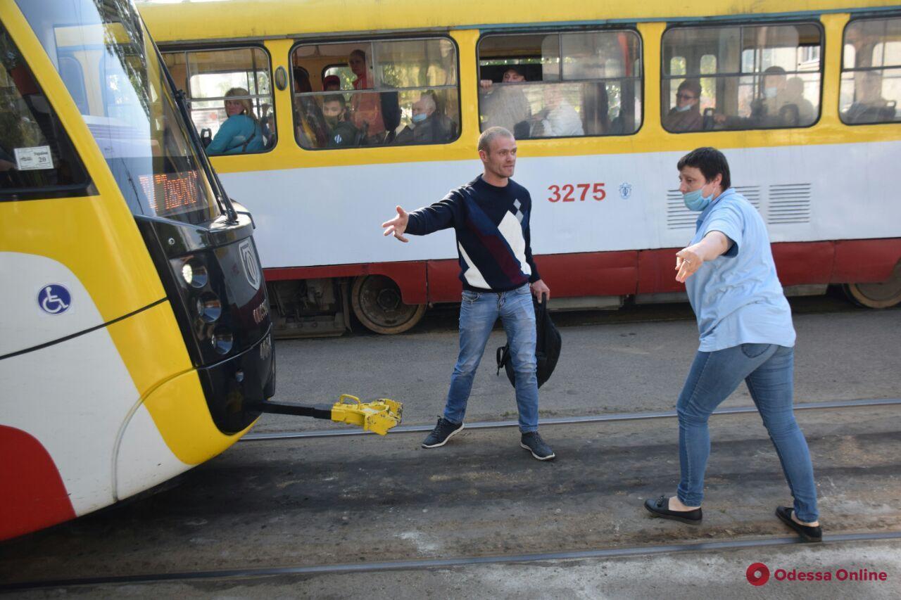 На поселке Котовского мужчина устроил трамваю велосипедный протест (фото, видео)