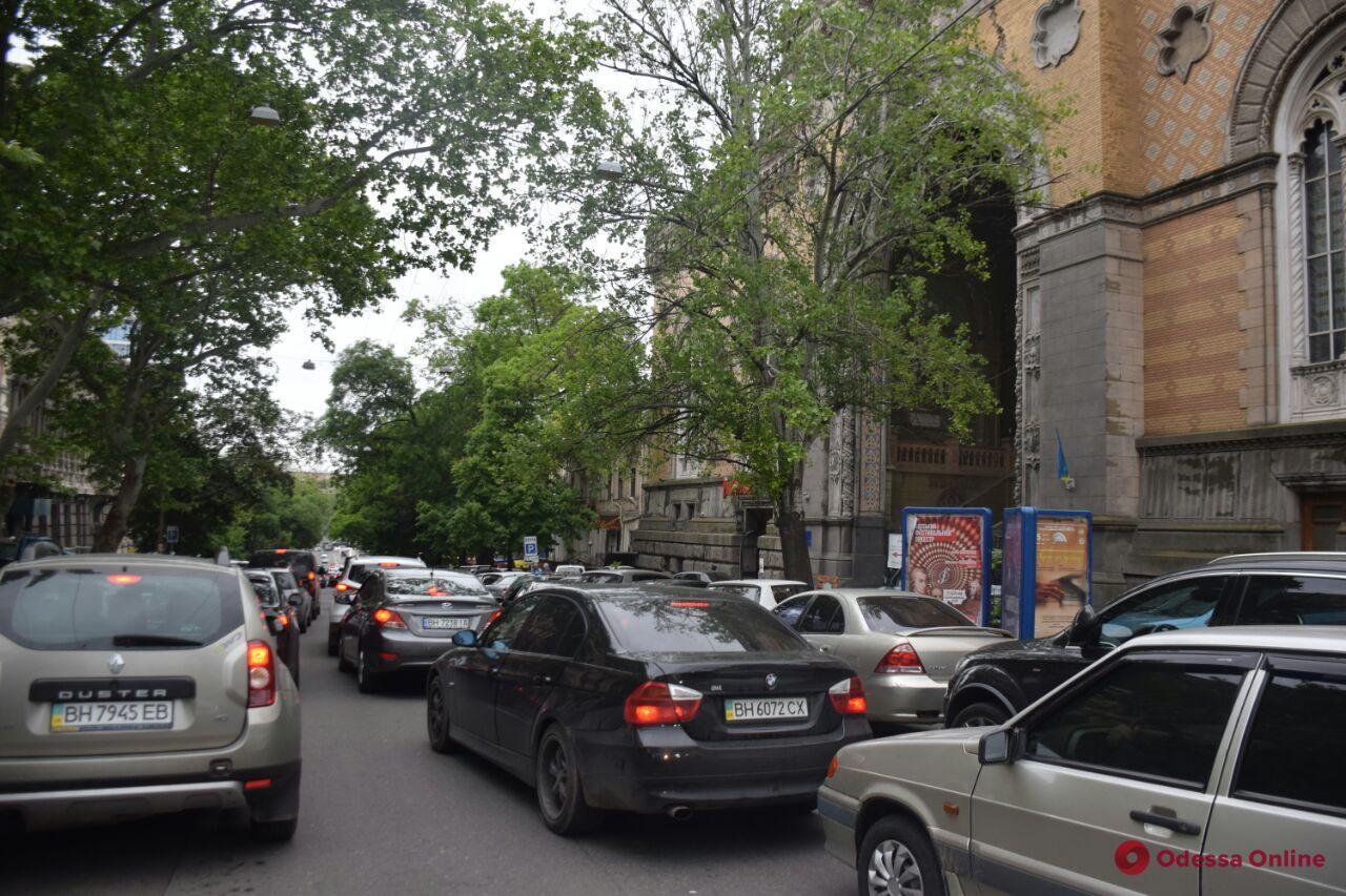 В центре Одессы грузовик врезался в маршрутку — движение затруднено (фото)