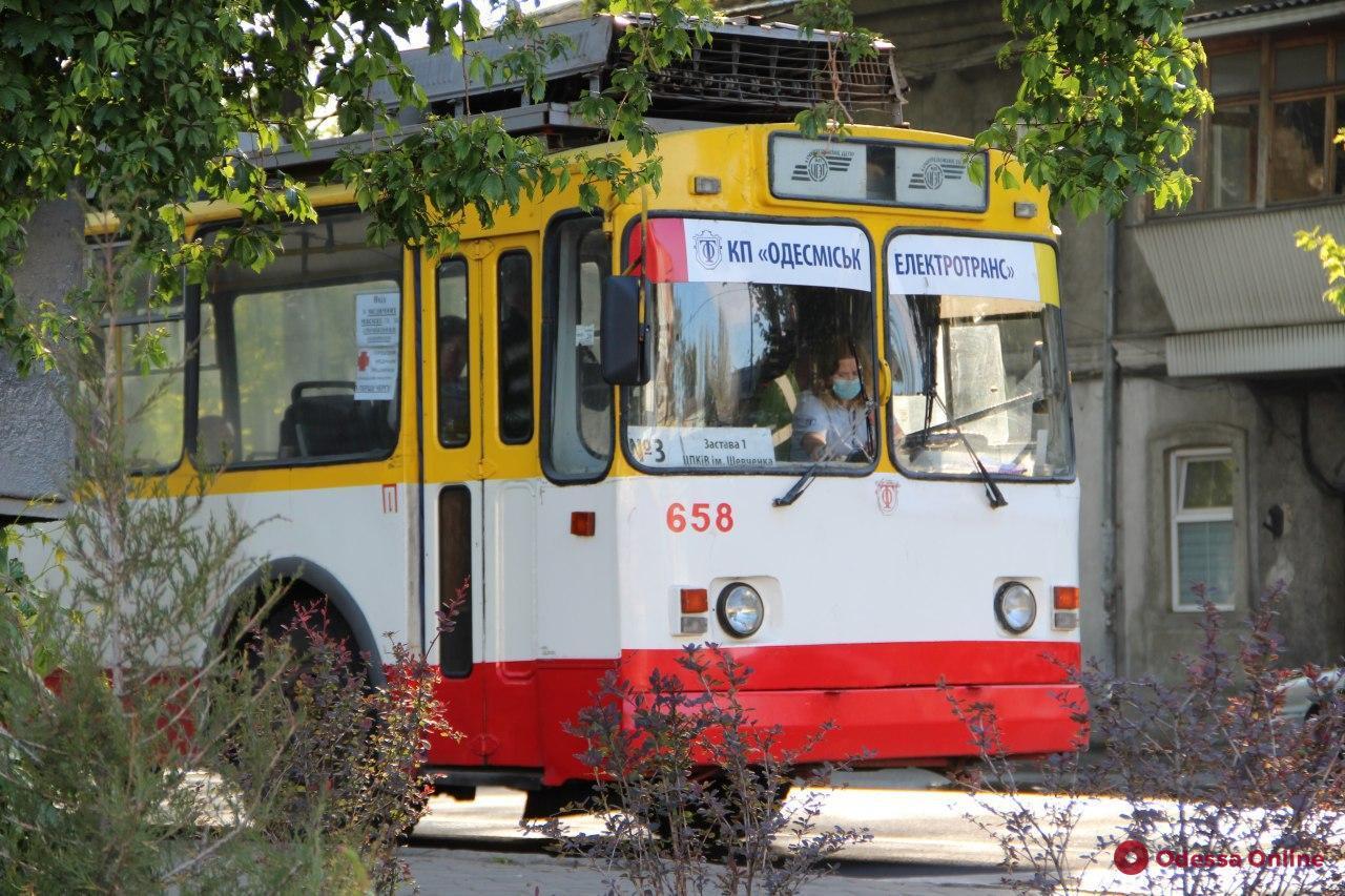 В трамваях и троллейбусах будут раздавать защитные маски малоимущим одесситам