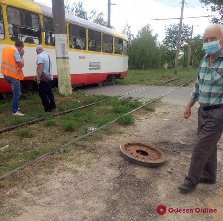 Одесский трамвай на ходу «потерял» колесо
