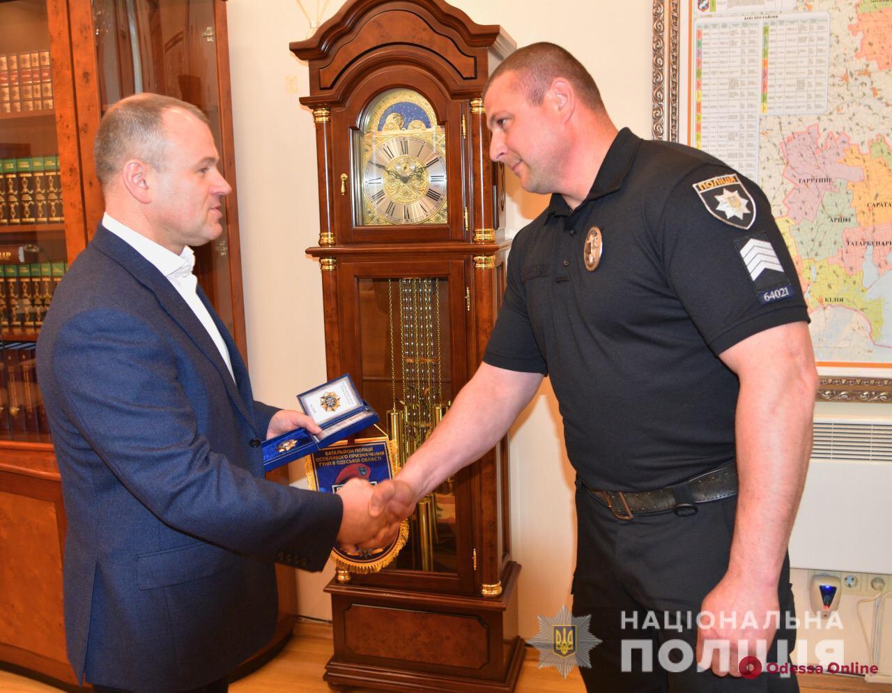 В Одессе полицейского наградили за помощь в поимке насильника