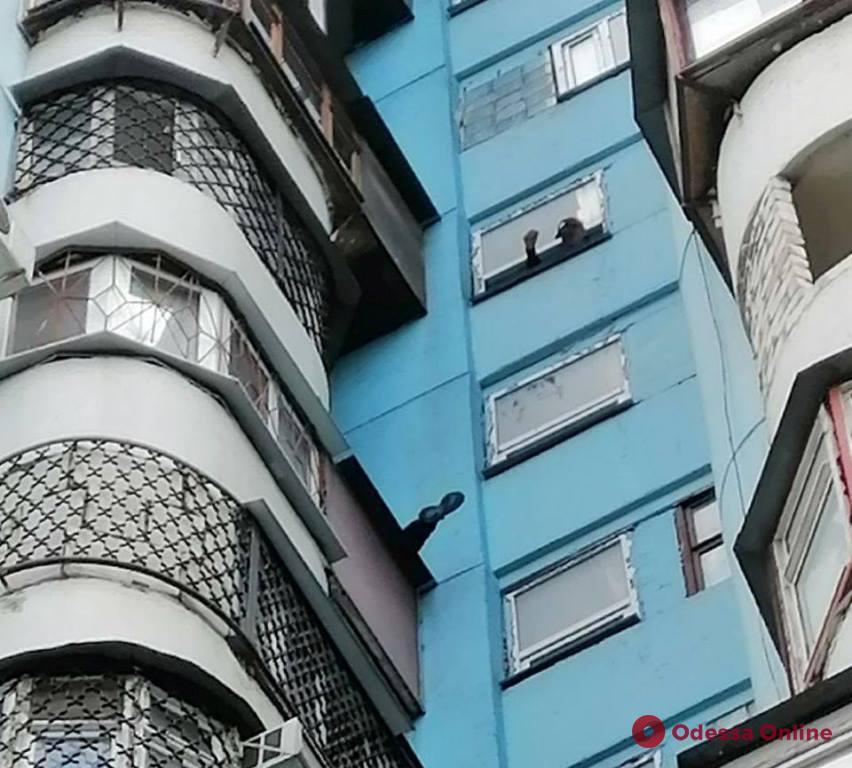 На поселке Котовского спасатели снимали мужчину с козырька балкона на десятом этаже (фото)