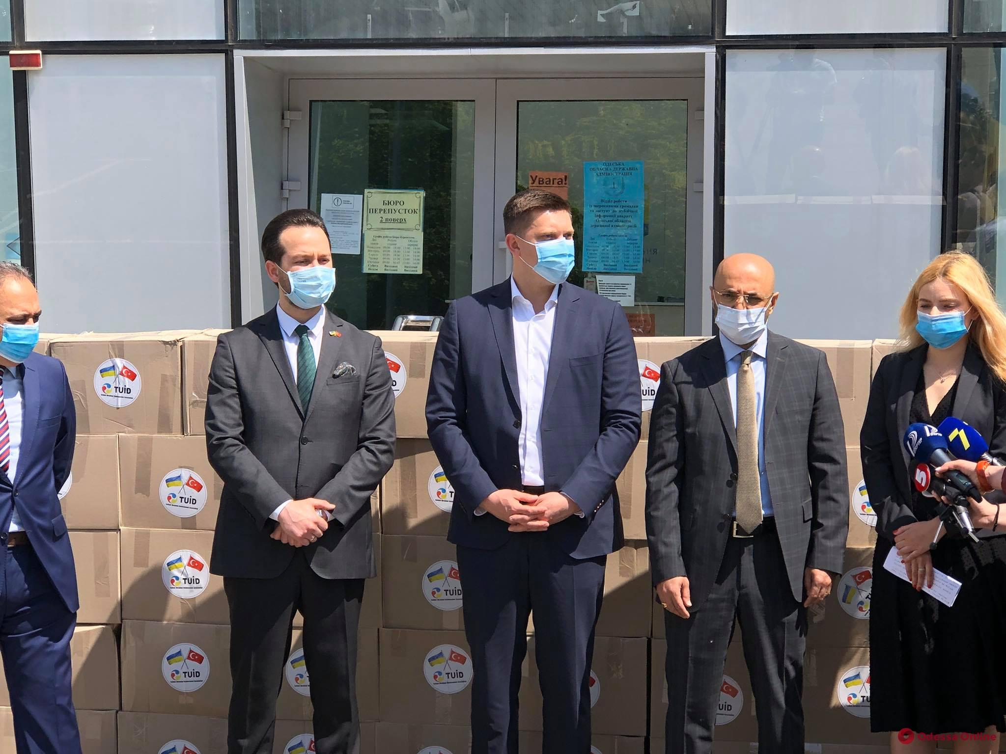 Турецкие дипломаты передали гуманитарную помощь для потерявших работу во время карантина жителей Подольска