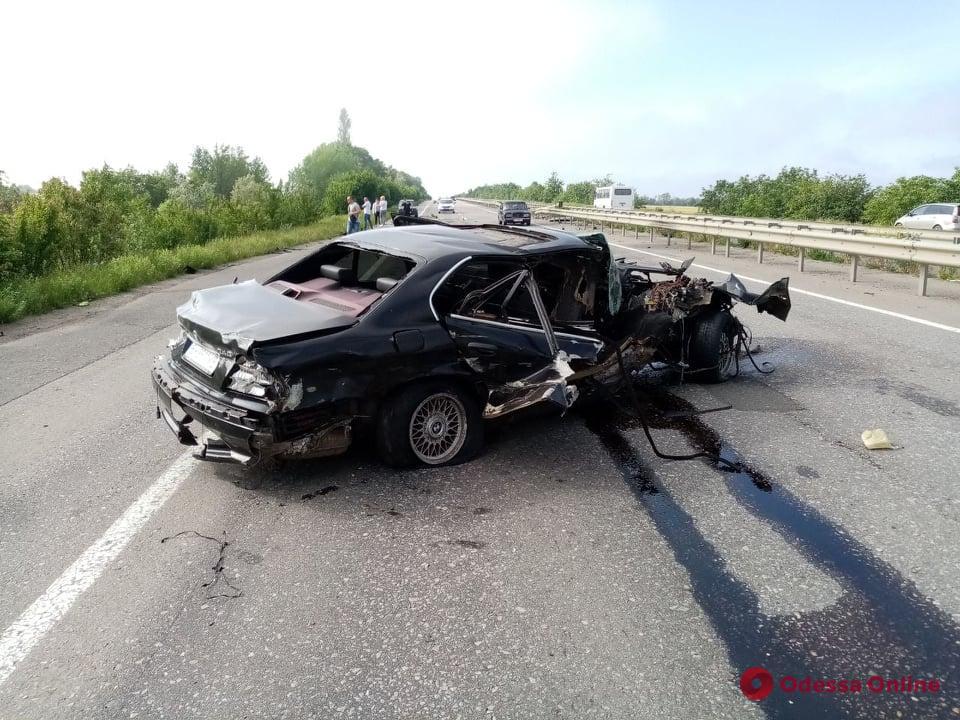 На трассе Одесса—Киев BMW врезался в отбойник — погиб пассажир (обновлено)
