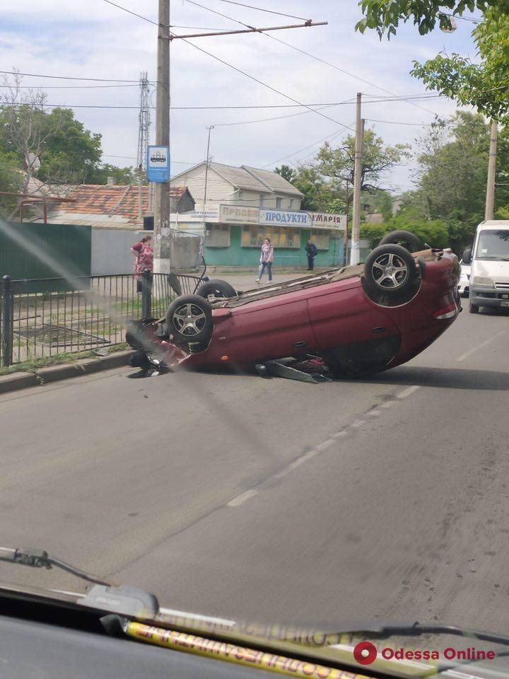 В Черноморке легковушка врезалась в пешеходное ограждение и перевернулась