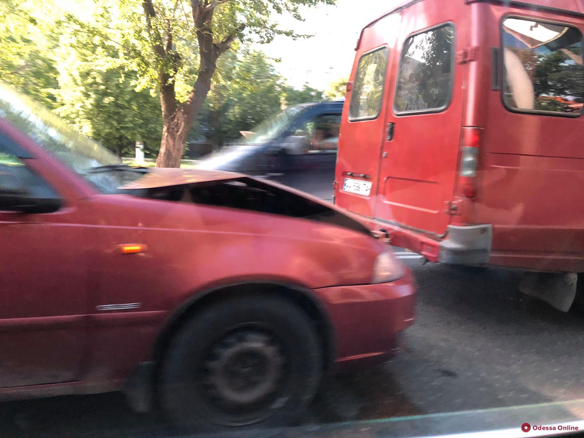 На поселке Котовского легковушка «догнала» микроавтобус