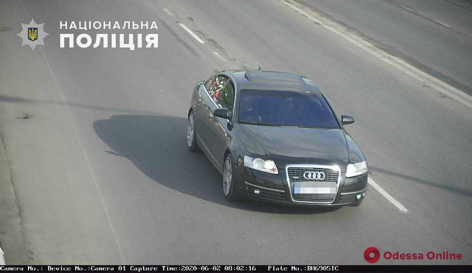 В центре Одессы неизвестные разбили стекло в машине и ограбили водителя – введен план «Перехват»