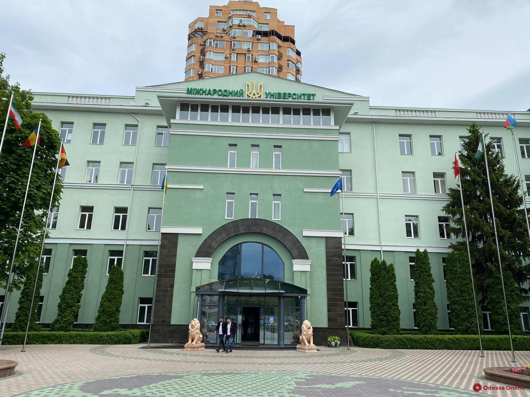 Скандал в МГУ: несдавшим экзамен «КРОК-1» студентам-стоматологам 5-го курса предложили уйти в академотпуск
